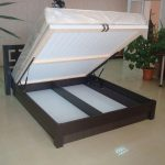 кровать с подъемным механизмом для большой комнаты