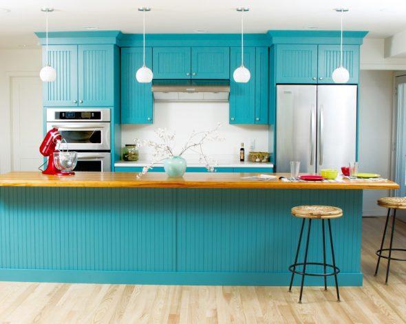 Кухонный гарнитур бирюзового цвета в сочетании со светлыми стенами и полом