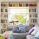 Обустройте стеллажи для книг вокруг окна