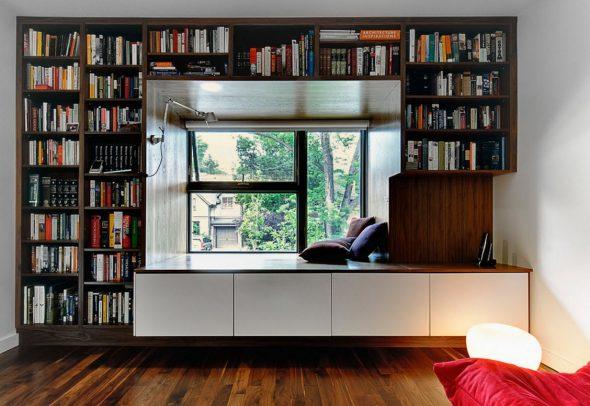 Окно в оформлении из книжных полок