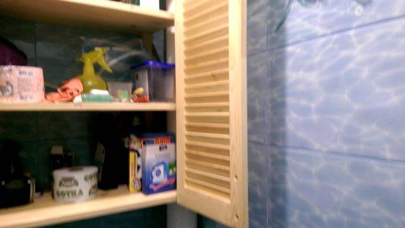 Шкаф с полками в туалете