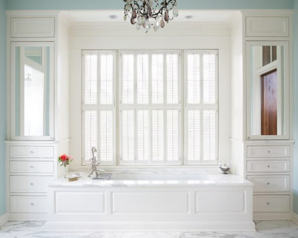 Шкаф вокруг окна в белом цветы