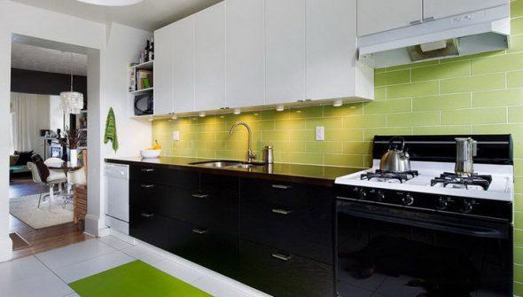 Сочетание зелёного, белого, чёрного цвета кухонного гарнитура в интерьере кухни