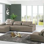 Светло серый кожаный диван