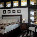 спальня с черным