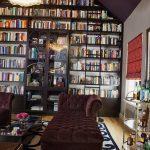 книжные полки в интерьере зала
