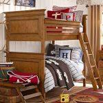 двухъярусная кровать в спальне дерево