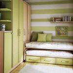 двухъярусная выдвижная кровать в маленькой спальне