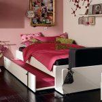 двухъярусная выдвижная кровать в спальне