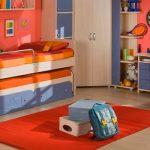 двухъярусная выдвижная кровать яркая