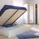 кровать из массива дерева для квартиры