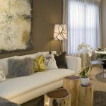 светлый зал с мебелью