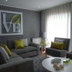 серый диван с фисташковими подушками в интерьере гостиной