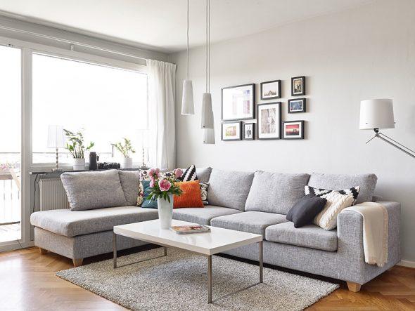 серый диван с серыми обоями