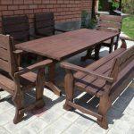 скамьи и стол из дерева