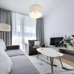 современный дизайн узкой гостиной