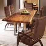стол в гостиной из спила дерева