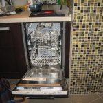 установка посудомоечной машины на кухонном гарнитуре.