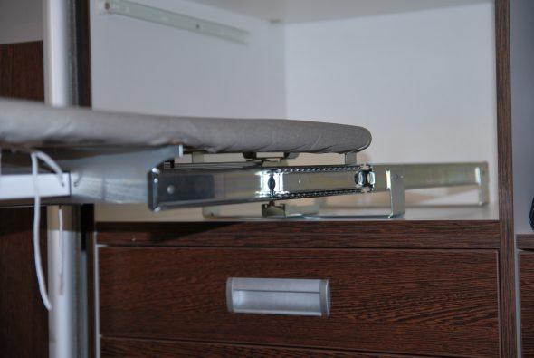 встроенная гладильная доска в шкафу механизм