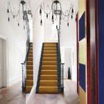 зеркала в интерьере вдоль лестницы
