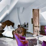 кровать деревянная в спальне
