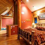 кровати двуспальные деревянные в интерьере