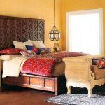 кровати двуспальные деревянные в спальне