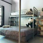 Металлическая двухэтажная кровать оформленная в современном стиле