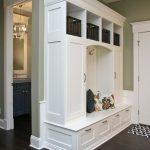 прихожая для узкого коридора белый шкаф