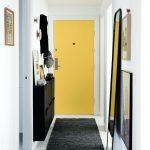 прихожая для узкого коридора яркая дверь