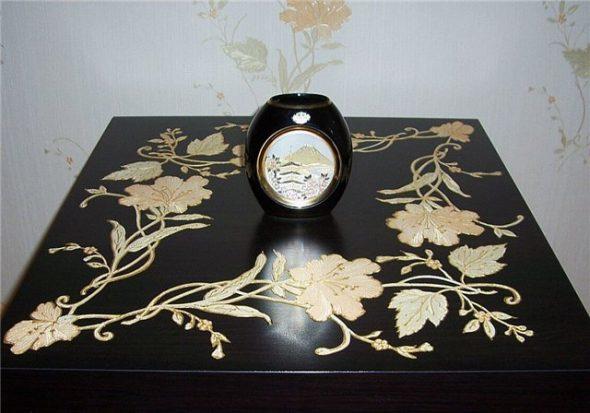 Столик декорирован в технике декупаж с росписью контурами