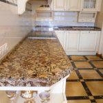 Угловая кухонная столешница из кварцита