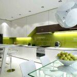 белый кухонный гарнитур с зеленым акцентом