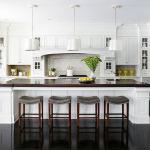 белый кухонный гарнитур в большой кухне