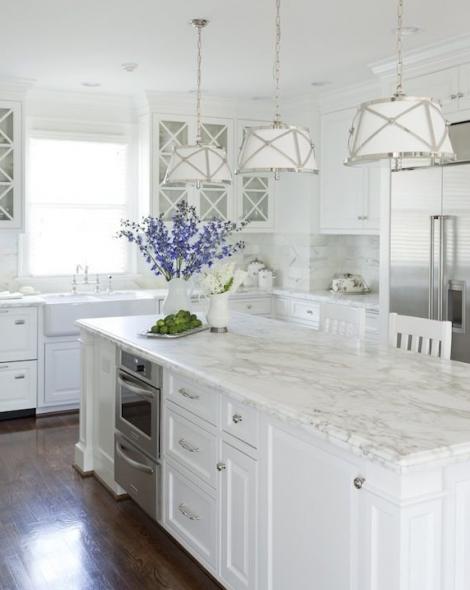 деревянный пол в белой кухне