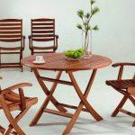 деревянный столик и садовые кресла