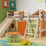 детская кровать с горкой в комнате
