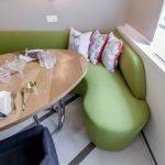 диван на кухне зеленый
