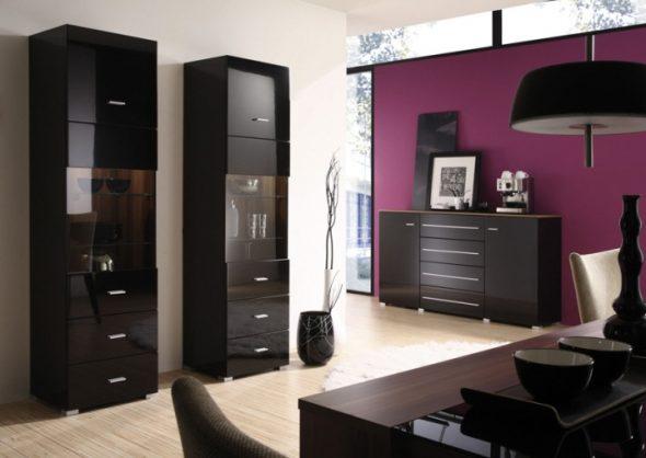интерьер с черной мебелью и фиолетовые стены