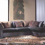 диван из замши в гостиной