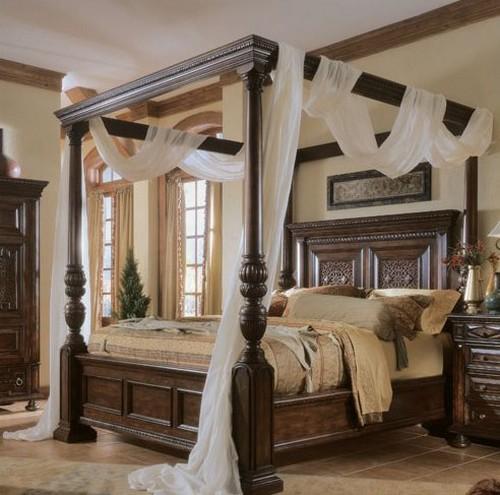 кровать из дерева с балдахином