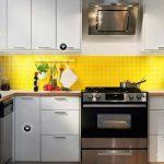 светлая кухня с белым гарнитуром