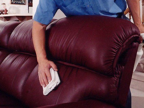 почистить диван от пыли
