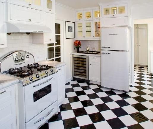 пол плитка в белой кухне