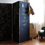 ширма в комнате черного цвета