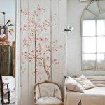 ширма в комнате из дерева