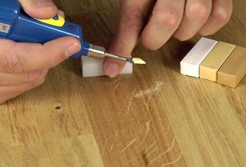 убрать царапины с мебели