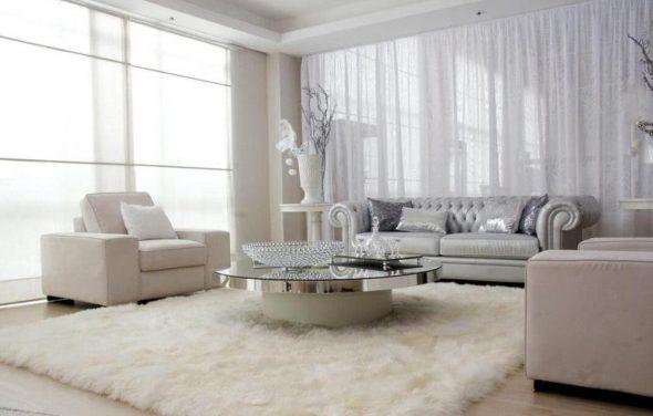 стеклянный стол в белом интерьере