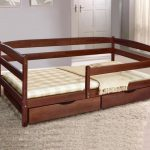 Детская кровать с защитным бортиком фото