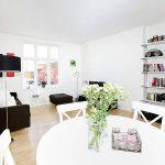белая мебель с ярким декором